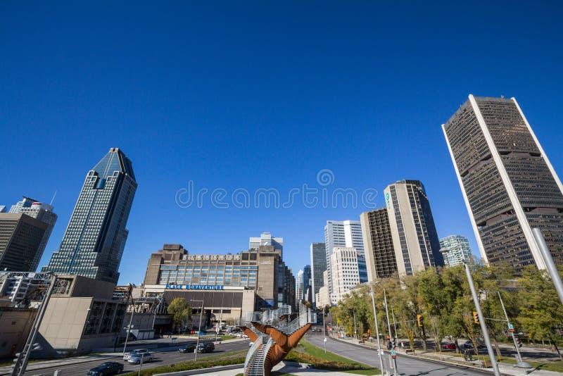 Skyline de Montreal, com os arranha-céus icônicos do negócio do CBD tomado do lugar Bonaventure Square fotografia de stock royalty free