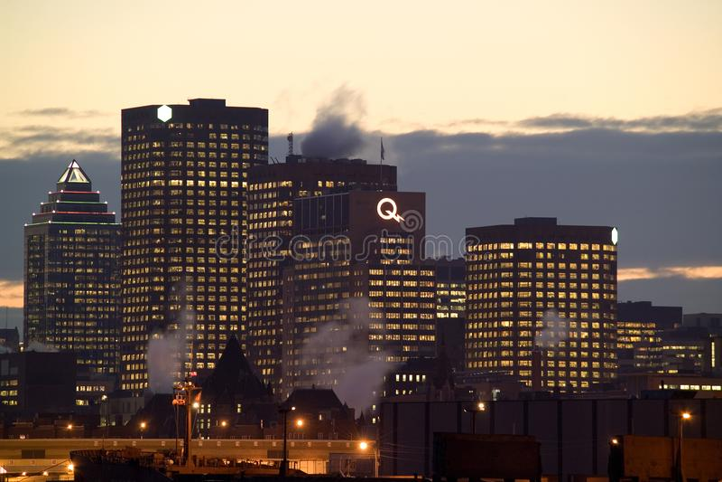 Skyline de Montreal do centro na noite fotografia de stock