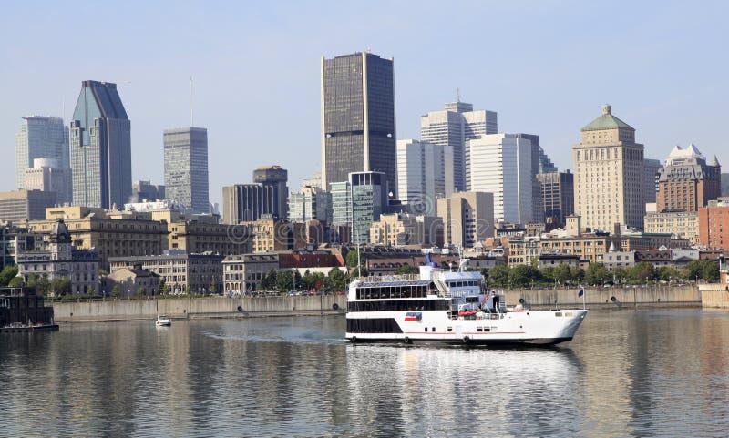 A skyline de Montreal e o barco do cruzeiro refletiram em Saint Lawrence River, Canadá imagem de stock