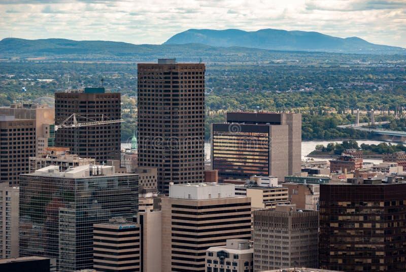 Skyline de Montreal - os arranha-céus do distrito financeiro fotografia de stock royalty free