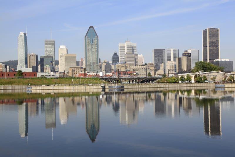 A skyline de Montreal refletiu no canal de Lachine, Canadá imagem de stock