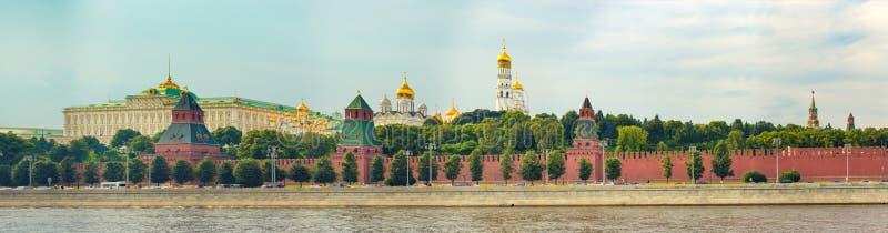 Skyline de Moscovo Naberezhnaya de Kremlevskaya Panorama fotografia de stock