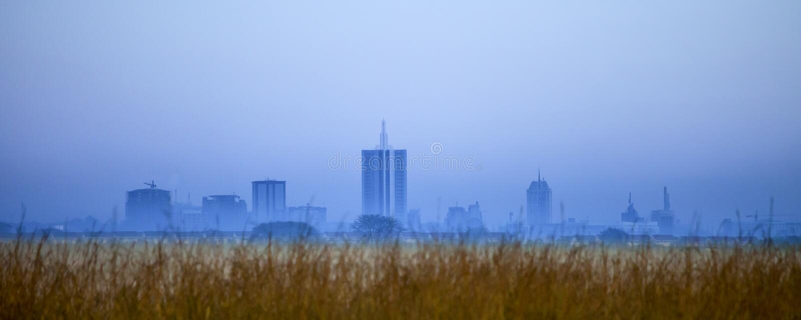 Skyline de Nairobi antes do alvorecer fotos de stock royalty free