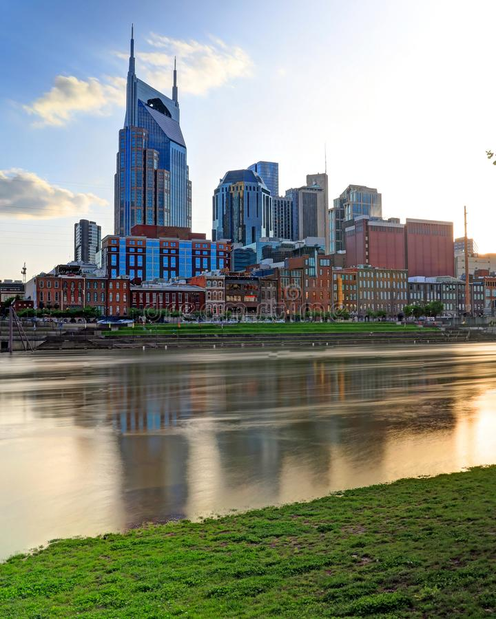 Skyline de Nashville Tennessee do parque de Cumberland fotografia de stock royalty free