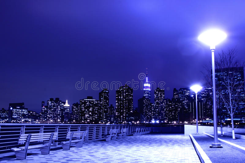Skyline de New York City em luzes da noite fotos de stock royalty free