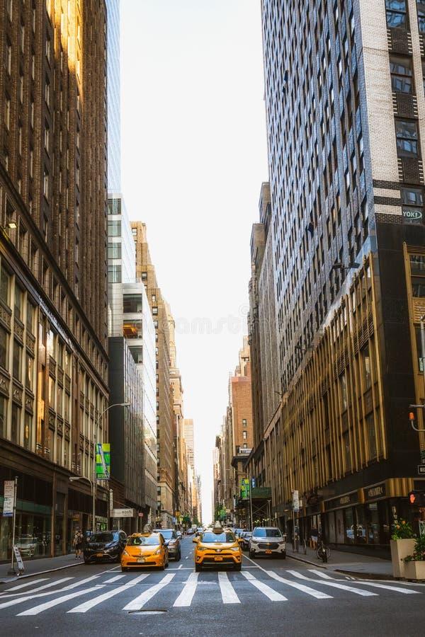 Skyline de New York City Fifth Avenue e táxi de táxi amarelo foto de stock royalty free