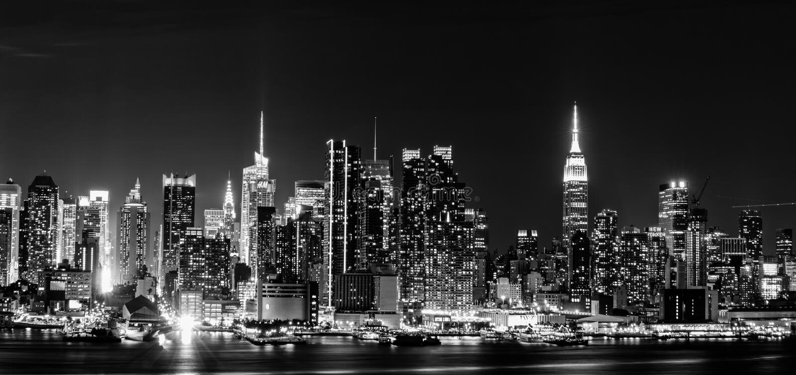 Skyline de New York City na noite fotos de stock