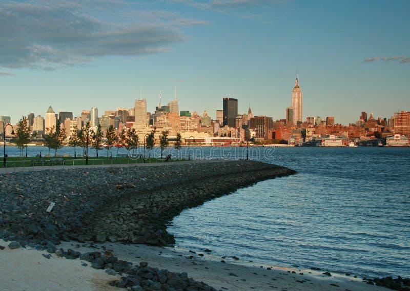 Skyline de New York City no crepúsculo de Hoboken, NJ foto de stock royalty free