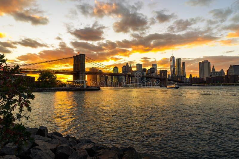 Skyline de New York com ponte de Brooklyn Hudson River Manhatten Sun foto de stock