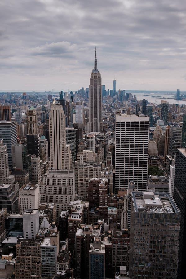 Skyline de New York de Manhattan e de Central Park como visto de um ponto culminante como uma vista aérea foto de stock royalty free