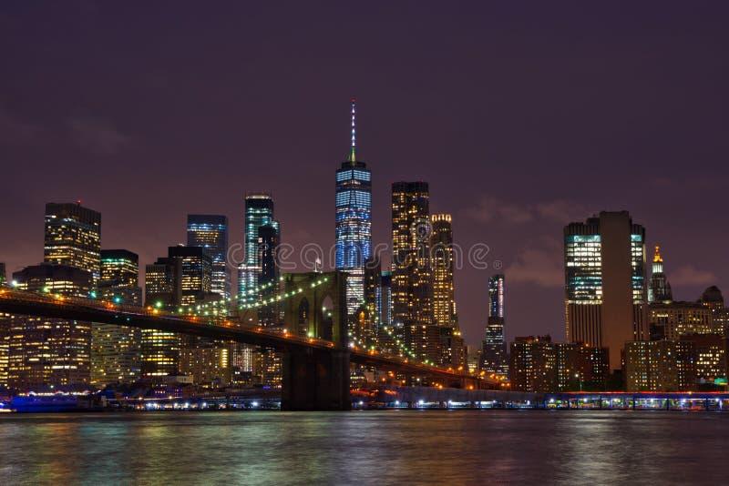 Skyline de New York Manhattan e ponte de Brooklyn na noite imagem de stock