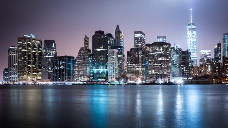 Skyline de New York Manhatten na noite foto de stock royalty free
