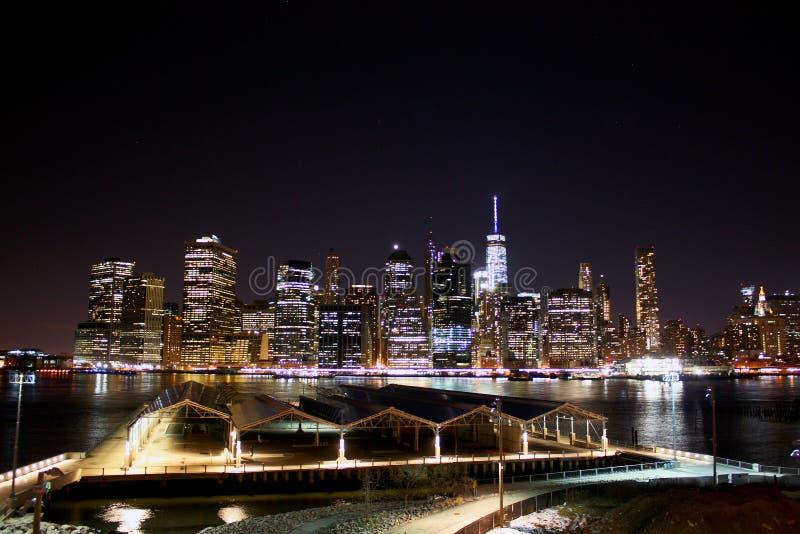 Skyline de New York na noite manhattan imagens de stock