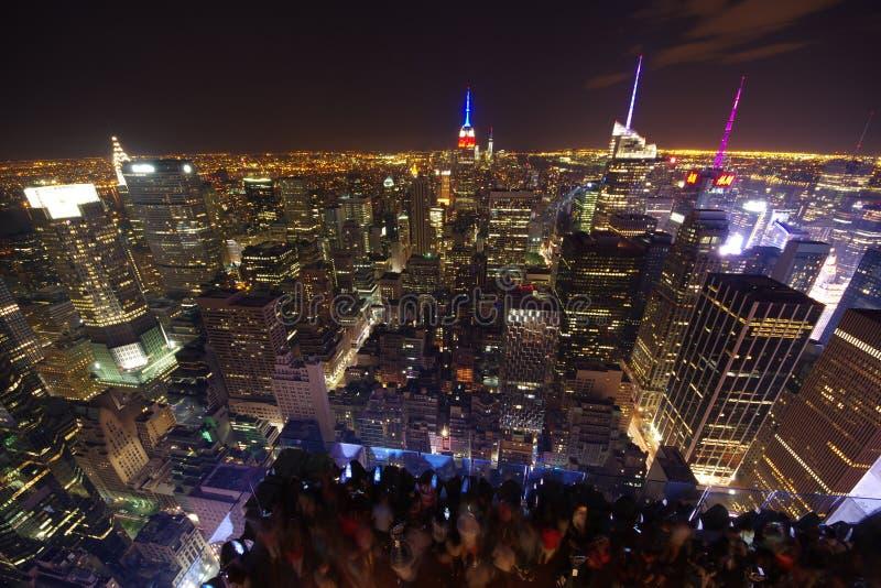 Skyline de New York na noite Parte superior da opini?o da rocha foto de stock royalty free