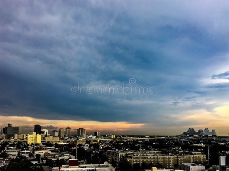 Skyline de Nova Orleães, Louisiana no por do sol fotografia de stock