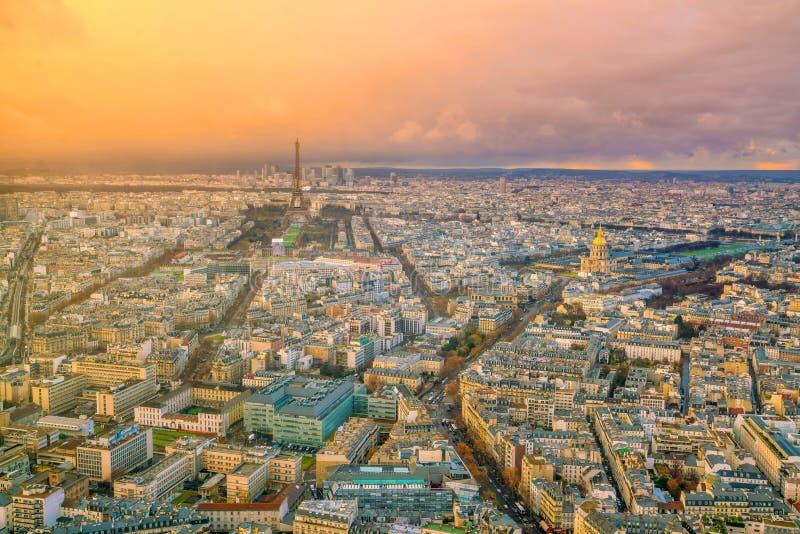 Skyline de Paris com a torre Eiffel no por do sol em França foto de stock