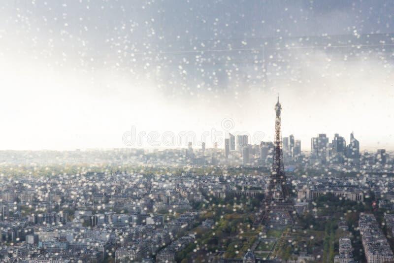 Skyline de Paris com a torre Eiffel vista através da janela com pingos de chuva imagens de stock