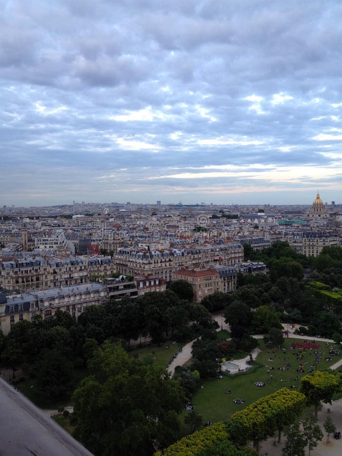 Skyline de Paris de Notre Dame de Paris imagem de stock