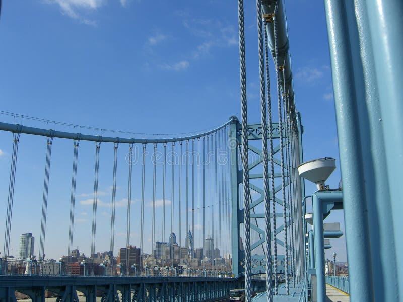 Skyline de Philadelphfia da ponte de Ben Franklin foto de stock