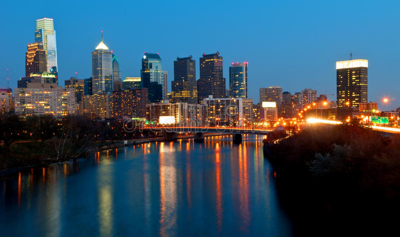 Skyline de Philadelphfia na noite fotografia de stock