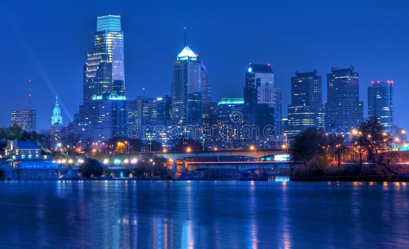 Skyline de Philadelphfia Pensilvânia na noite imagens de stock royalty free