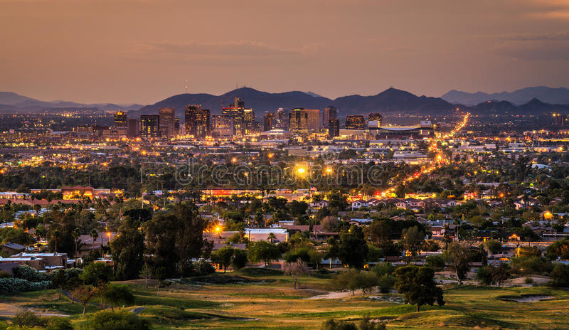 Skyline de Phoenix o Arizona no por do sol fotografia de stock royalty free
