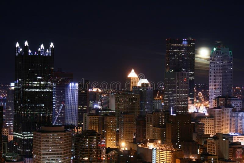 Skyline de Pittsburgh na noite imagem de stock royalty free