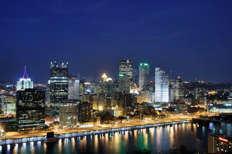 Skyline de Pittsburgh na noite imagens de stock royalty free