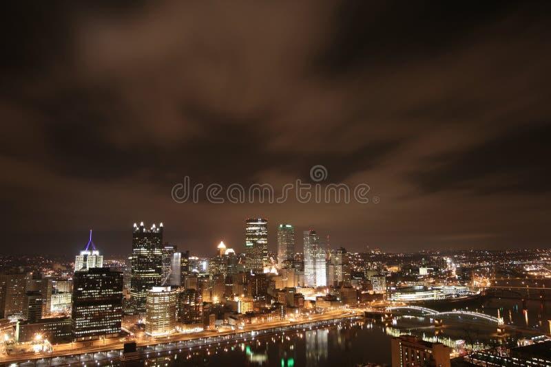 Skyline de Pittsburgh na noite fotos de stock royalty free