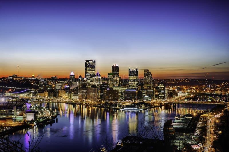 Skyline de Pittsburgh na noite foto de stock royalty free