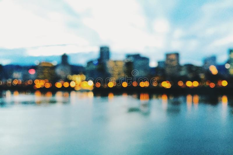 Skyline de Portland, Oregon, no crepúsculo e fora de foco imagem de stock
