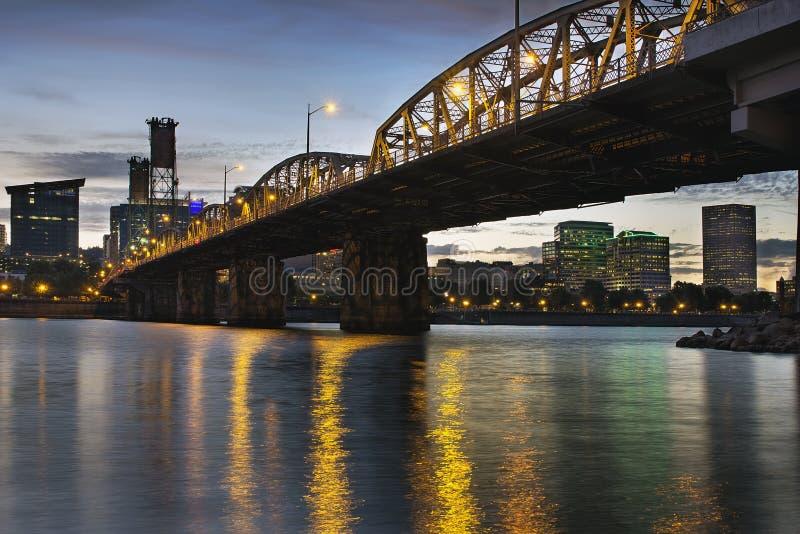 Skyline de Portland Oregon sob Hawthorne Bridge imagens de stock royalty free
