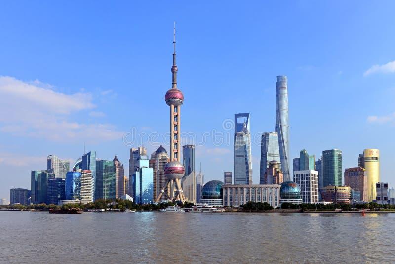 A skyline de Pudong de Shanghai em um dia ensolarado foto de stock