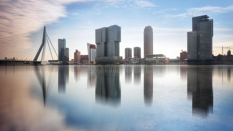 Skyline de Rotterdam com ponte de Erasmusbrug, Países Baixos fotografia de stock