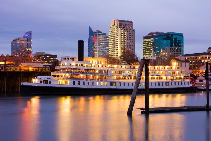 Skyline de Sacramento na noite foto de stock royalty free