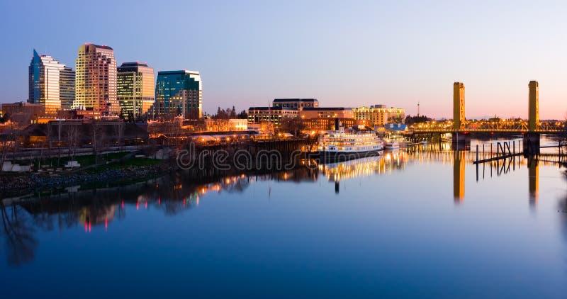 Skyline de Sacramento na noite foto de stock