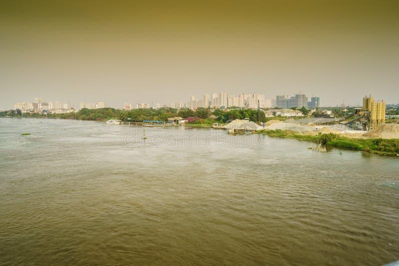 Skyline de Saigon com rio, Vietname fotos de stock royalty free