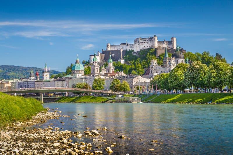 Skyline de Salzburg com rio Salzach na mola, Áustria foto de stock