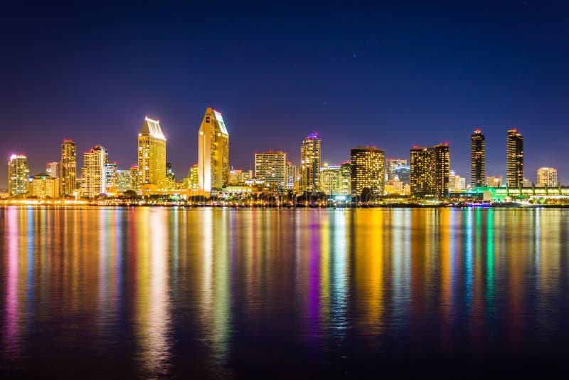 A skyline de San Diego na noite, vista do parque centenário, no Co fotografia de stock royalty free