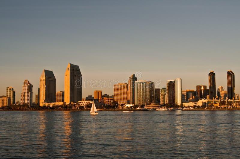 Skyline de San Diego no por do sol com Sailboat fotos de stock