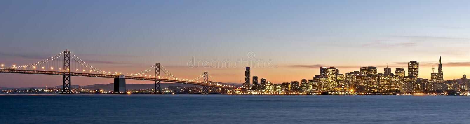 Skyline de San Francisco com a ponte do louro no por do sol fotos de stock royalty free
