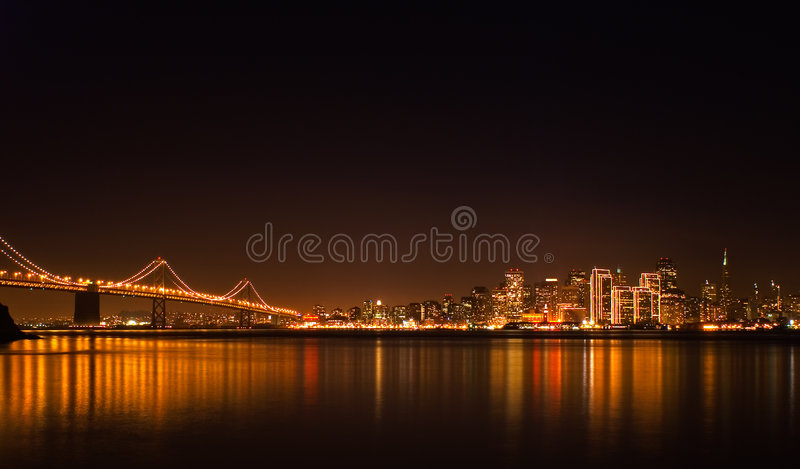 Skyline de San Francisco na noite imagens de stock