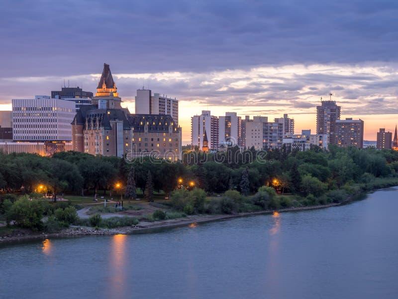 Skyline de Saskatoon na noite imagens de stock