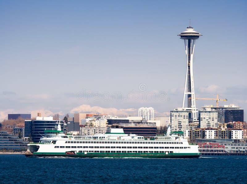 Skyline de Seattle, agulha do espaço e balsa imagens de stock royalty free