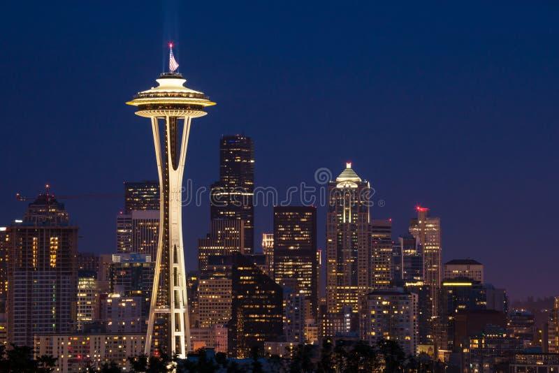 Skyline de Seattle com a agulha do espaço na noite imagem de stock