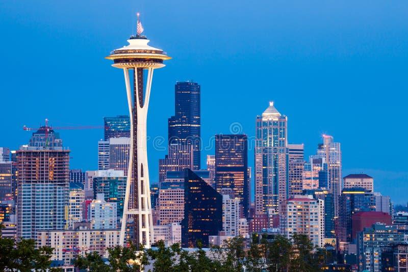 Skyline de Seattle com a agulha do espaço no crepúsculo foto de stock
