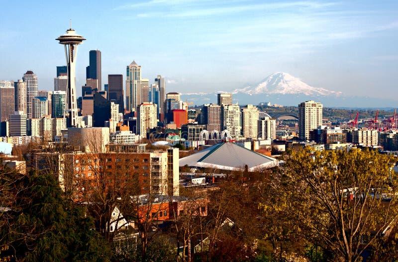 Skyline de Seattle com o Monte Rainier fotos de stock royalty free