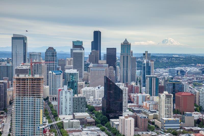 Skyline de Seattle com o Monte Rainier no fundo foto de stock