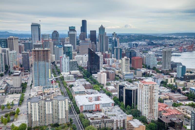 Skyline de Seattle com o Monte Rainier no fundo fotos de stock
