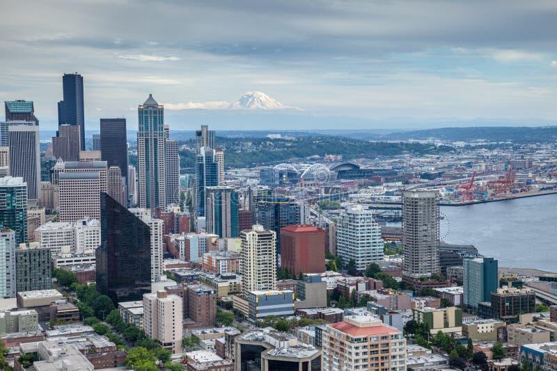 Skyline de Seattle com o Monte Rainier no fundo foto de stock royalty free